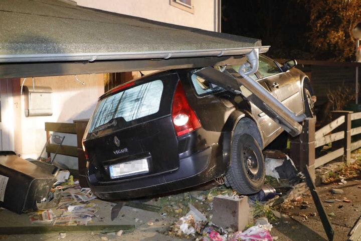 Der Renault krachte in den Vorgarten.