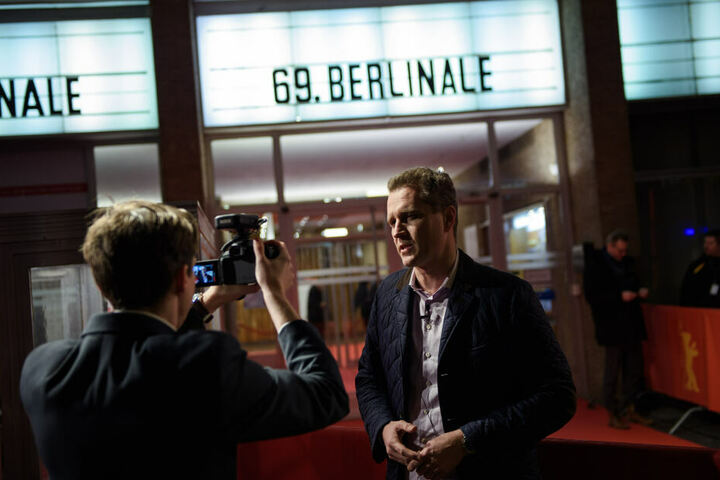 "Petr Bystron (AfD), Bundestagsabgeordneter, steht vor dem Kino International im Rahmen der Premiere des Films ""Who do you think I am""."