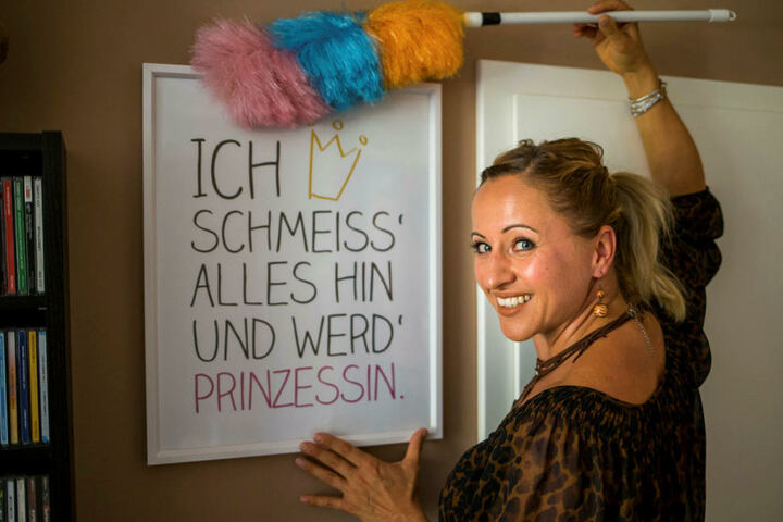 Den Spruch auf ihrem Wohnzimmerbild hat sich die 40-Jährige nicht zu sehr zu Herzen genommen. Nach rund vier Monaten kehrt sie ins Radio zurück.