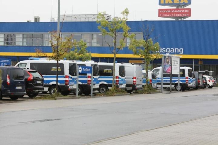 Ein Großaufgebot an Polizeifahrzeugen sammelte sich auf dem Parkplatz des IKEA in Günthersdorf.