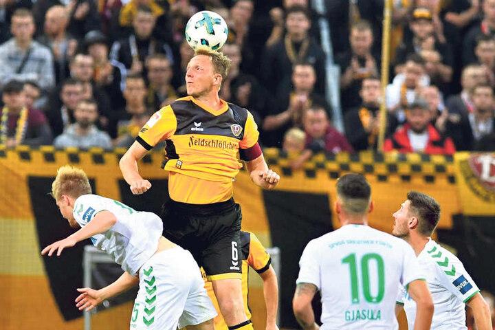 Marco Hartmann (Nummer 6) steht förmlich in der Luft und gewinnt dieses  Kopfballduell mit Fürths späterem  Torschützen Philipp Hofmann deutlich.