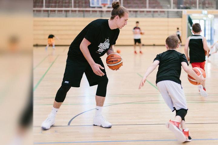 Trainieren mit dem Niners-Ass! Malte Ziegenhagen (l.) bringt den Kindern das ABC des Basketballs bei - auch die Ballführung beim Dribbling.