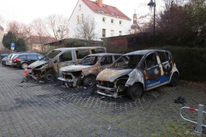 Drei Autos sind komplett ausgebrannt.