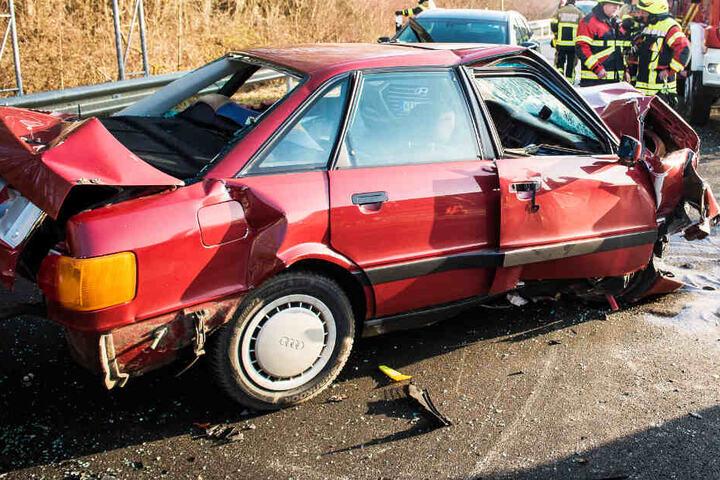 Ein 82 Jahre alter Mann wurde in seinem Audi eingeklemmt und schwer verletzt.