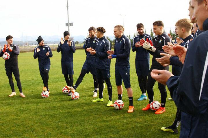 Hoch soll er leben! Die Mannschaftskollegen beklatschen Geburtstagskind Dejan Bozic (4.v.l.).