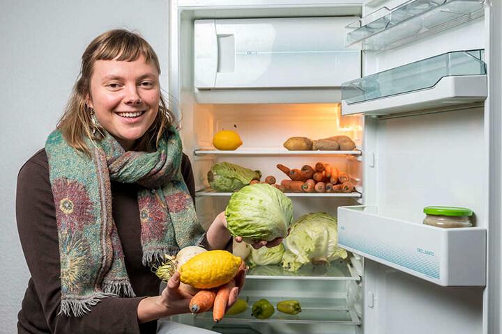 """Vivien F. (28) nutzt die öffentlichen """"Fairteiler""""-Kühlschränke zum Tauschen von  Lebensmitteln."""