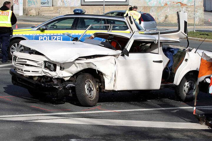 Der Fahrer des Wartburgs wurde bei dem Unfall eingeklemmt.