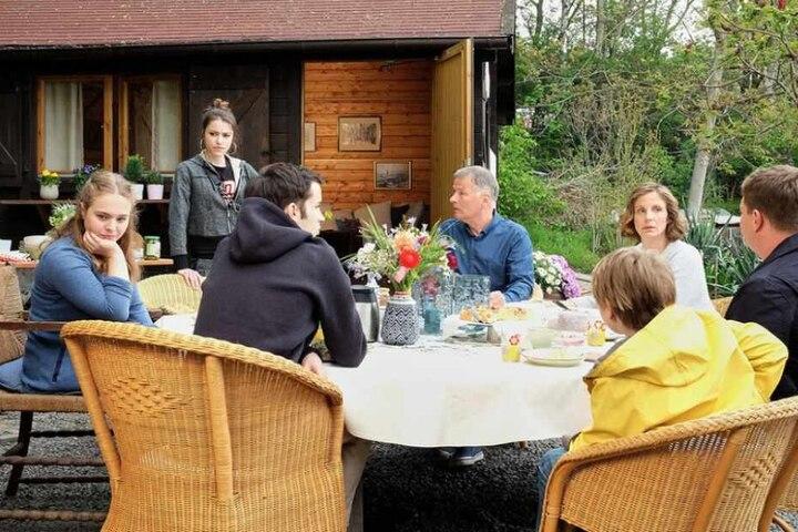 Derweil hängt bei den Heilmanns der Haussegen schief. Also Roland und Katja Brückner ihre Familien zusammenführen wollen, gibt es Ärger zwischen den Töchtern Lisa und Emma.