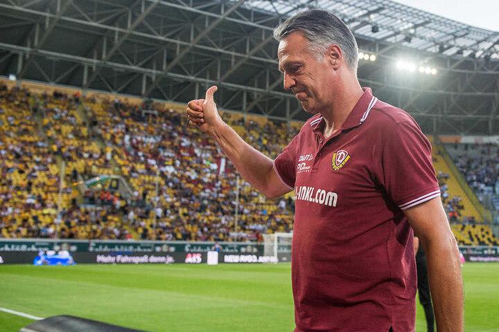 Daumen hoch! Von Trainer Uwe Neuhaus (58) gab es nicht nur für die Fans, sondern auch für Keeper Markus Schubert ein Sonderlob.