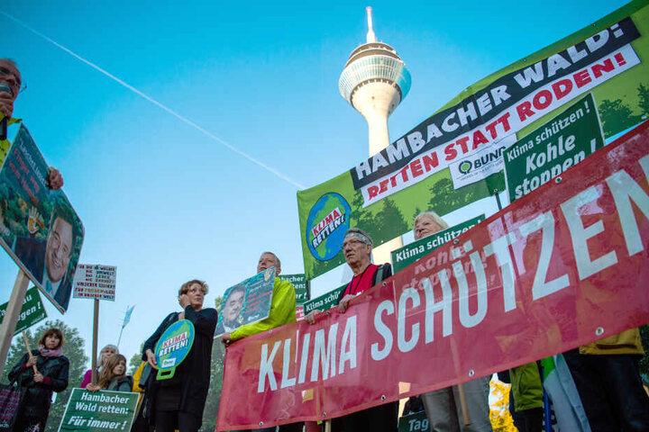 Der Braunkohleabbau führt immer wieder zu Demonstrationen und Protesten wie hier vor dem Landtag Nordrhein-Westfalen.