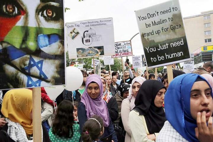 Menschen nehmen auf dem Kurfürstendamm an der Demonstration arabischer Gruppen zum Al-Kuds-Tag teil, der sich gegen die Existenz Israels richtet.