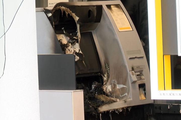 Der völlig demolierte Automat geriet in Brand. Geld erbeuteten die Täter aber offenbar keines.