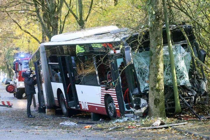 Bei dem Unglück wurden zehn Personen verletzt, der Fahrer schwebt in Lebensgefahr.