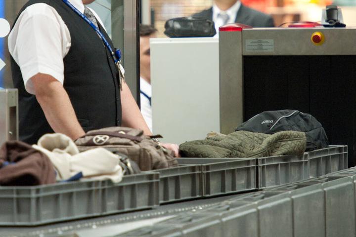 Gepäckkontrolle an einem Flughafen.