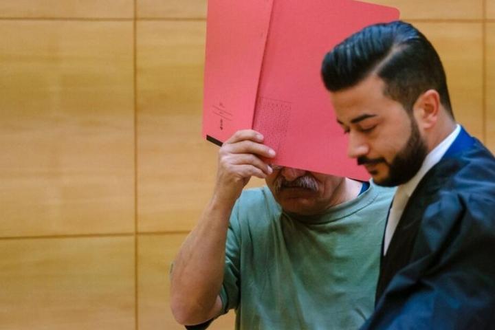 Nun steht der 53-jährige Iraker (l.) vor Gericht.