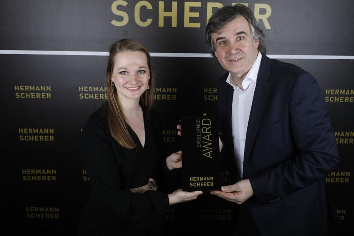 """Hermann Scherer überreicht Sarah Braun den """"Speaker Excellence Award""""."""