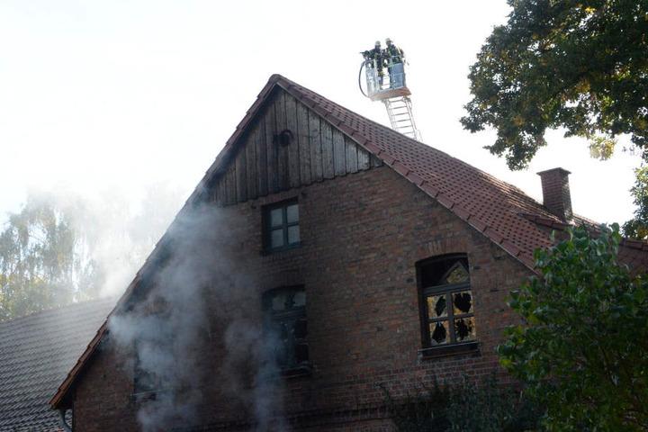 Auch von oberhalb des Hauses musste der Brand bekämpft werden.