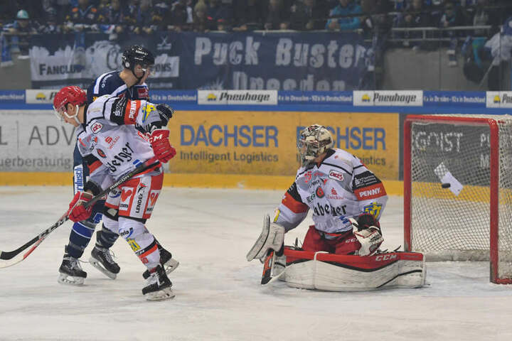 Nach dem 0:3 mit drei Gegentreffern binnen neun Minuten wurde Eispiraten-Goalie Brett Kilar vom Eis genommen.