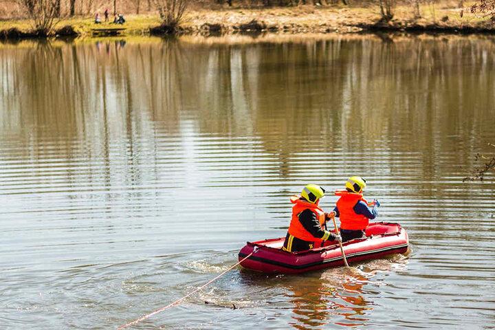 Mit einem Schlauchboot brachten Feuerwehrleute den toten Tierkadaver an Land.