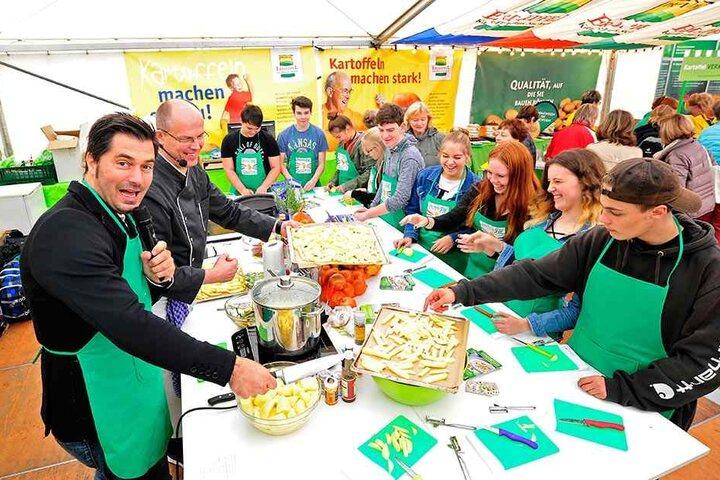 Moderator Stefan Gärtner (42) und Koch Stefan Hoffmann (44) kochen gemeinsam mit Schülern aus der Oberschule Reichenbrand.