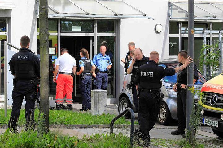 Schwer bewaffnete Polizisten und zwei Krankenwagen waren in der Pizzeria im Einsatz.