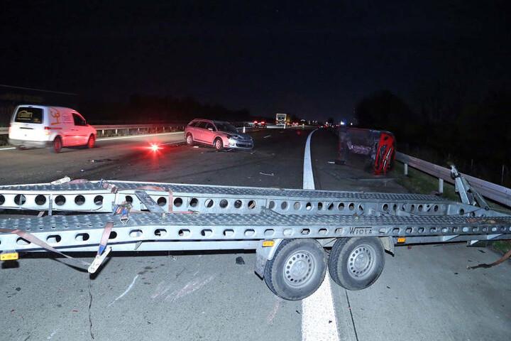 Der Crash löste eine wahre Kettenreaktion aus, bei der mehrere Autos quer über die Autobahn verteilt zum Stehen kamen.