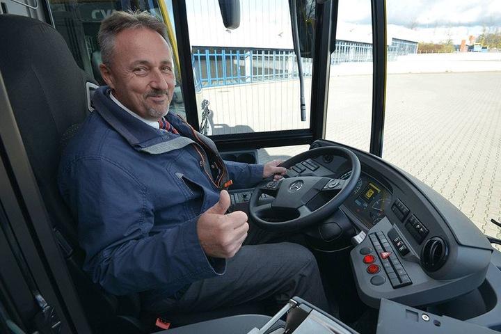 Heiko Wolf (55) fuhr schon eine Proberunde in einem der neuen Busse.