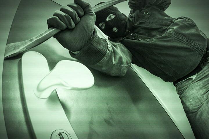 Die Täter hebelten eine Tür auf und zerschlugen Scheiben. (Symbolbild)