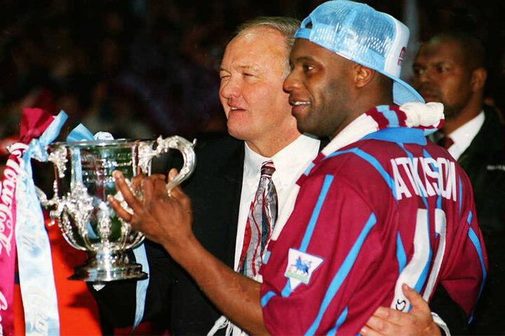 In den 90er Jahren kickte er unter anderem für den englischen Club Aston Villa in der Premier League.