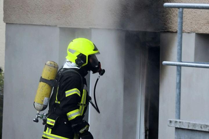 Am 19. August 2018 soll der Angeklagte im Keller eines Mehrfamilienhauses gezündelt haben. Dabei kam es zur Detonation mehrerer Gaskartuschen.