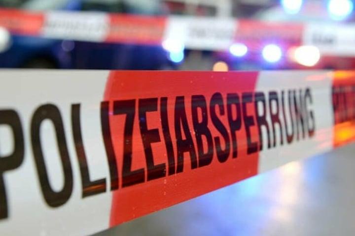 Die Polizei alarmierte die Feuerwehr hinzu, die ein Sprungkissen unter dem Fenster des 35-Jährigen aufbauten.