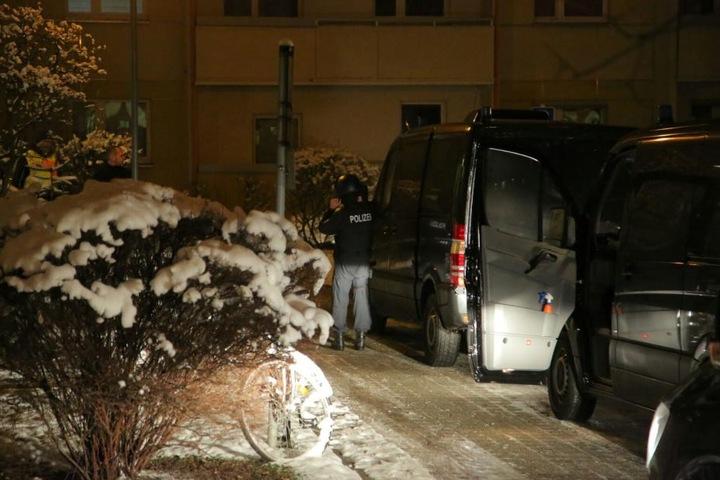 Mehrere Hundertschaften stürmen seit 6 Uhr am Mittwochmorgen Wohnungen in Dresden und Umgebung.
