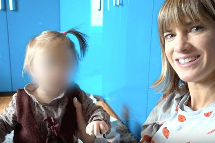 Ella krabbelt während des gesamten Videos durch das Bild.
