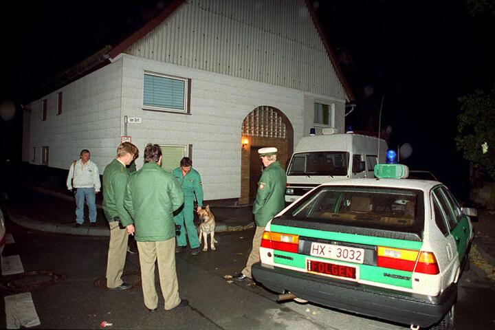 Polizisten stehen in Bredenborn im Kreis Höxter vor dem Haus, in dem zwei Brüder als mutmaßliche Mörder festgenommen wurden.