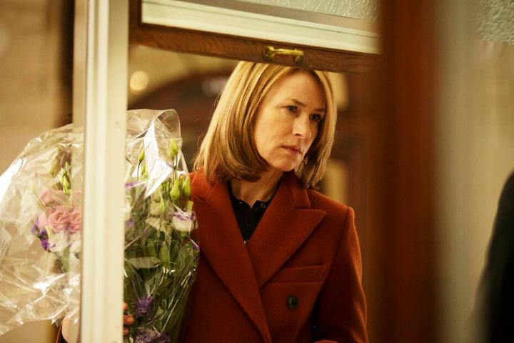 Lara (Corinna Harfouch) hat durch ihre verletzende Art viele Familienmitglieder und Freunde von sich gestoßen, weshalb sie mit 60 Jahren eine zutiefst einsame Frau ist.
