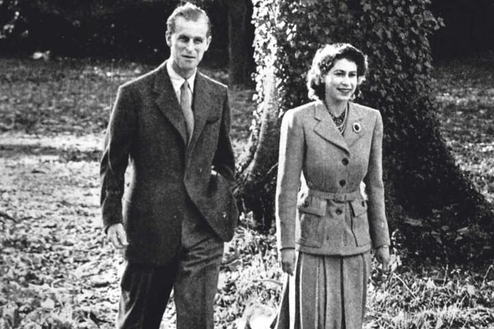 Zwei Tage nach ihrer Hochzeit spazieren Elisabeth und Philip durch den Schlosspark - so wie sie es heute noch gerne tun.