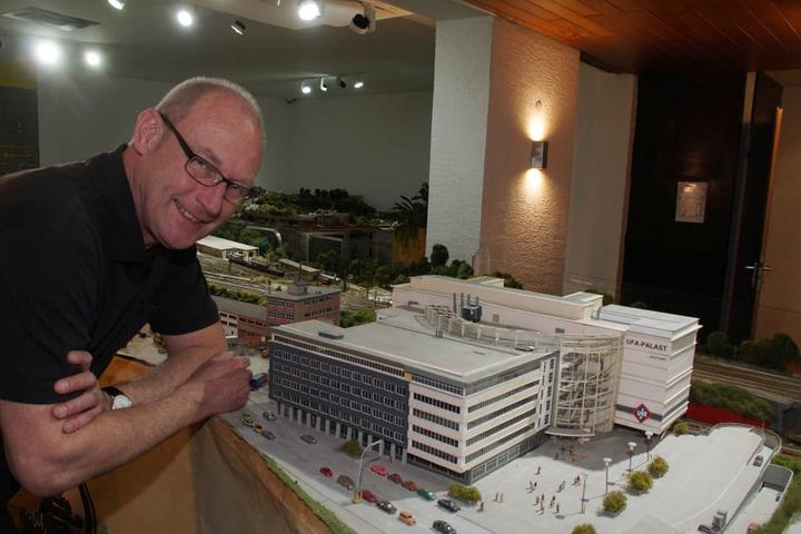 Rainer Braun vor seinem Modell-Wunderwerk.