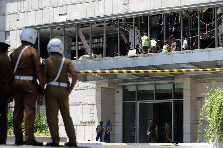 Fachleute von Polizei und Militär inspizieren einen Explosionsort im Hotel Shangri-la Colombo.