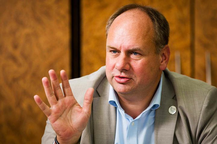 Im Amtsblatt weist die Verwaltung um OB Dirk Hilbert (47, FDP) auf mögliche Gefahren durch Wölfe hin.