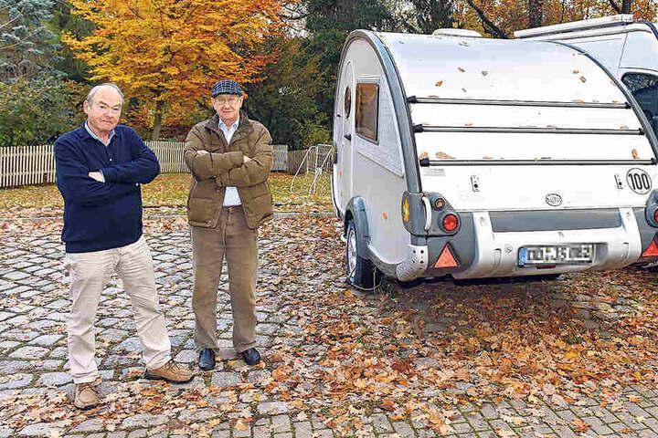 """""""Kann die Stadt geltendes Recht durchsetzen oder nicht?"""" - Anwohner Michael Nier  (74, l.) und Ulrich Merten (74) ärgern sich über den Blockierer."""