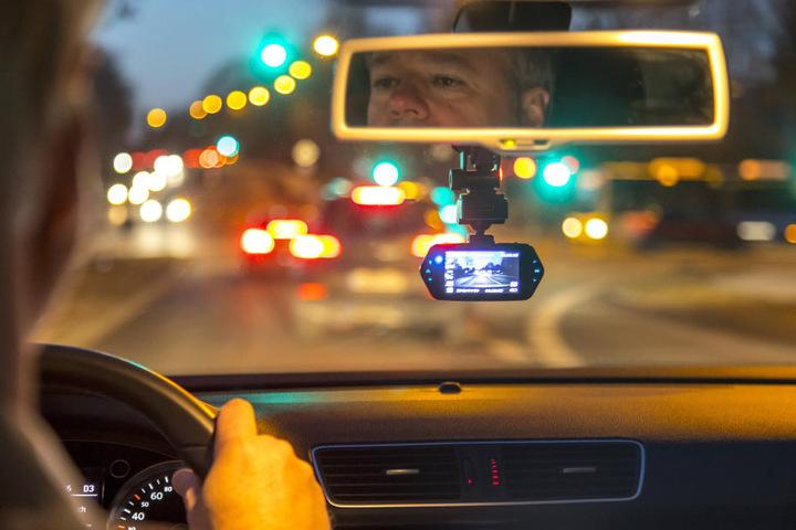 Klassiker (Unterleger): Eine Dashcam montiert im Auto.