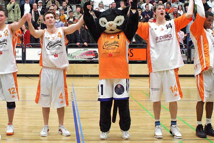 """Bisher war die """"Chem-Cat""""-Katze der Glücksbringer der Basketballer, sie hat nun prominente Unterstützung bekommen."""