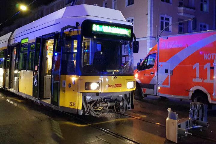 Bei dem Unfall wurde der vordere Teil der Straßenbahn beschädigt. Drei Personen wurden bei dem Unfall verletzt.