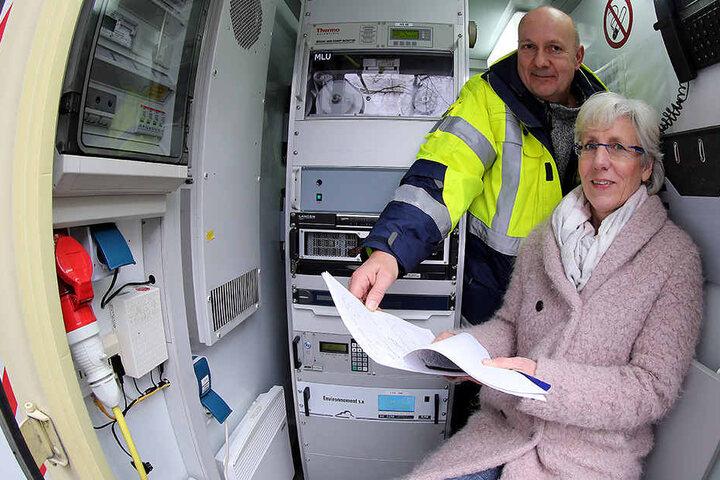 Michael Reinke und Angelika Notthoff vom LANUV vor den neuen Messgeräten im Container.