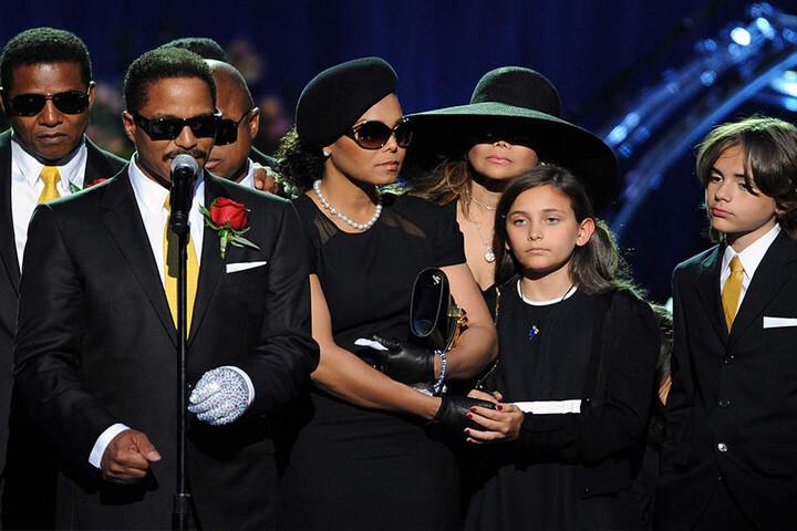 Auf seiner Trauerfeier hielten zahlreiche Familienmitglieder Reden.