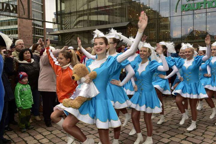 Flotte Mädels! Die Garden der Faschingsvereine erfreuten das Publikum mit Tanzeinlagen.