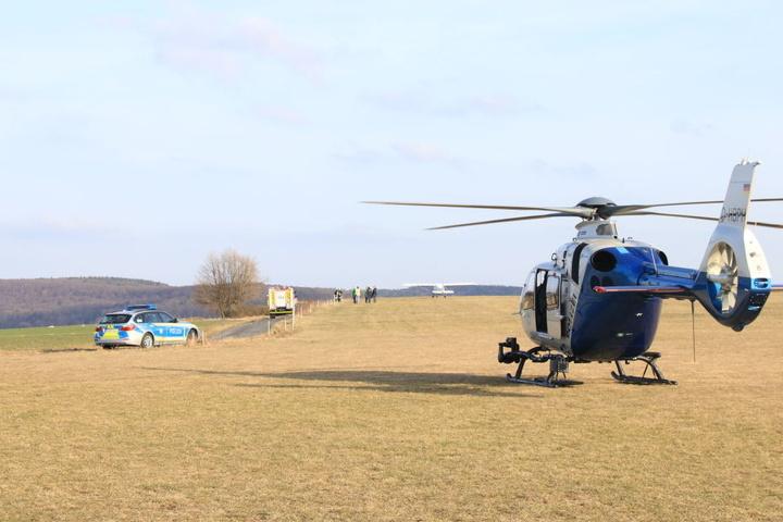 Die Beamten der Polizei rückten mit Einsatzfahrzeugen und einem Hubschrauber an.