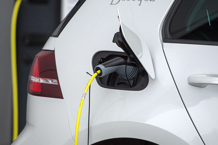 Das Elektroauto kann laut Herstellerangaben 300 Kilometer elektrisch fahren,  schafft realistisch 220 Kilometer.