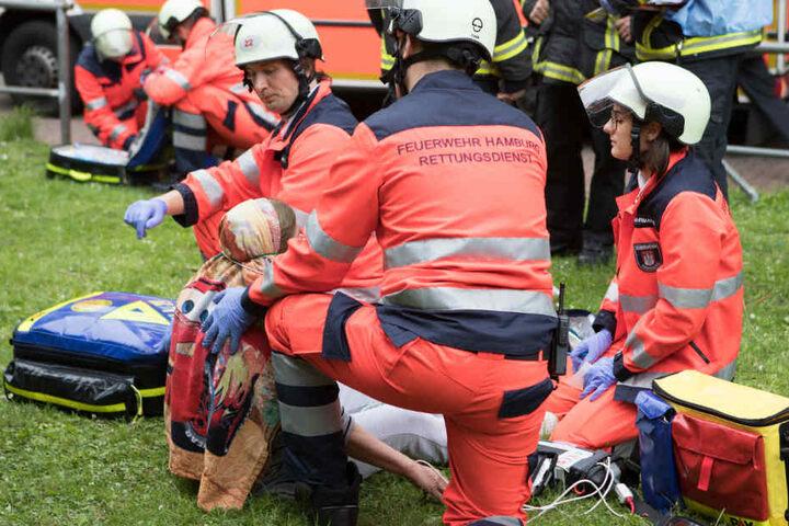 Rettungskräfte versorgen Bewohner vor dem Haus.