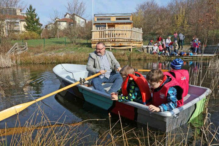Auch ein Boot für Wasserproben aus tieferen Gefilden des Teich gibt es.